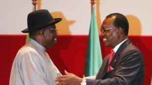 Les présidents tchadien et nigérian Goodluck Jonathan et Idriss Déby, lors d'une précédente rencontre, à Yamoussoukro