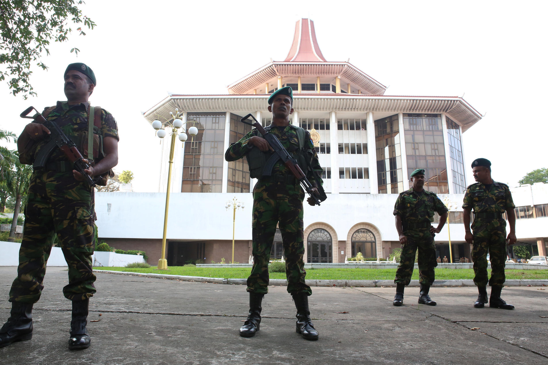 Des membres des forces spéciales montent la garde devant la Cour suprême à Colombo, le 13 décembre 2018.