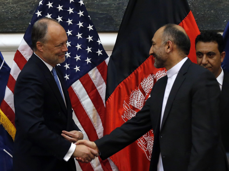 O acordo foi assinado por James Cunningham, embaixador americano e Hanif Atmar, recém-nomeado conselheiro para a segurança do Afeganistão.