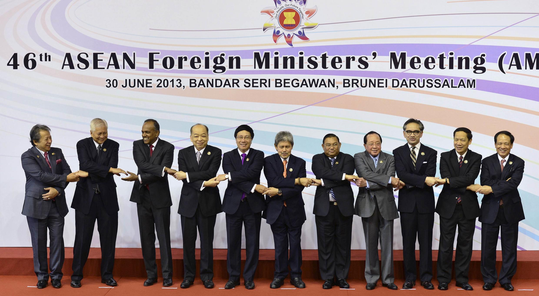 Các Ngoại trưởng ASEAN nắm tay nhau thể hiện sự đoàn kết tại cuộc họp ở Brunei ngày 30/06/2013.