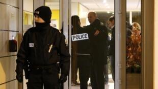 Cảnh sát Pháp lập vành đai an ninh quanh khu vực tìm thấy đai thuốc nổ tại Montrouge, ngày 23/11/2015.