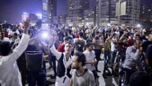 معترضان مصری برای دومین شب متوالی در خیابانهای مرکز شهر سوئز به تظاهرات خود علیه حکومت عبدالفتاح سیسی ادامه دادند و این موضوع منجر به درگیری آنها با پلیس ضد شورش شد.