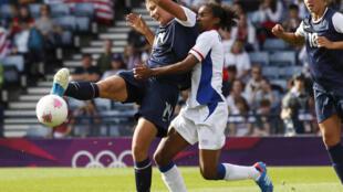 Абби Вамбах (Л), сборная США по женскому футболу, и защитница французской команды Лора Жорж во время матча в Глазго 25/07/2012