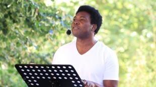 """Étienne Minoungou, lors de la lecture du texte """"Traces"""", au Théâtre de la Tempête - Juillet 2020."""