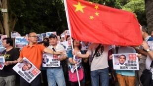 Người biểu tình thân Bắc Kinh bên ngoài lãnh sự quán Mỹ ở Hồng Kông ngày 14/07/2016, phản đối phán quyết của Tòa Trọng tài.