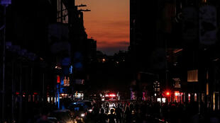 Manhattan: ersonas caminan en una calle a oscuras, a pocos pasos del Times Square.