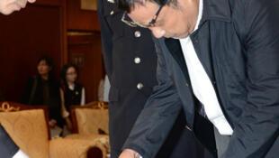 江西省鄱阳县财政局经济建设股原股长李华波被遣返回国