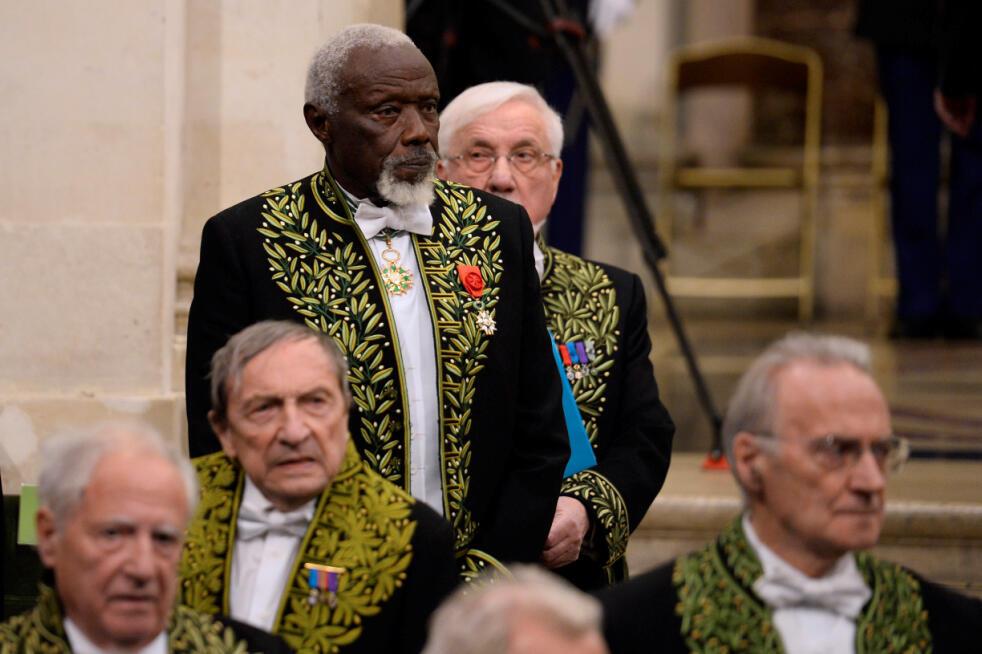 Le sculpteur sénégalais Ousmane Sow lors de la cérémonie à l'Académie des Beaux-arts à Paris, le 11 décembre 2013.