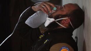 Một thường dân sử dụng mặt nạ dưỡng khí chống lại khí độc trong vụ tấn công thành phố Khan Sheikhoun của quân nổi dậy hôm 04/04/2017.