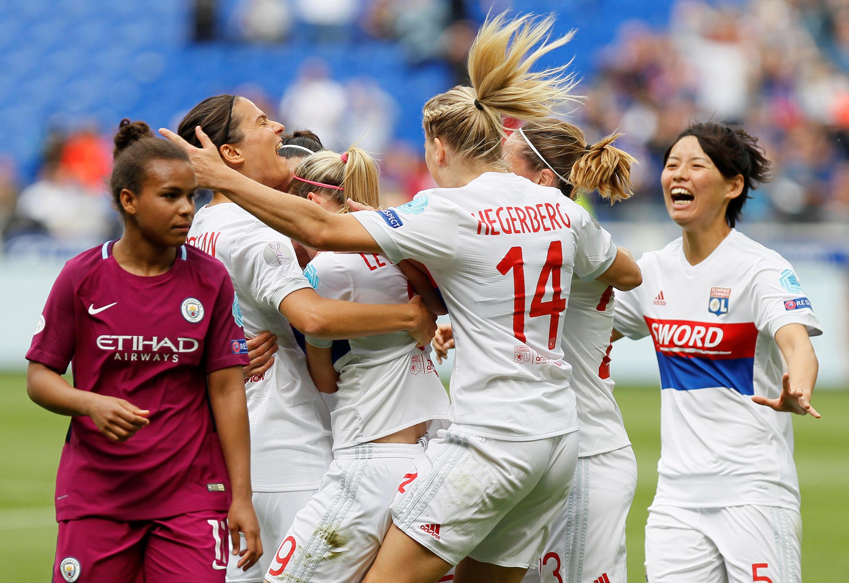 Lucy Bronze, de l'Olympique Lyonnais, célèbre son premier but avec ses coéquipières contre Manchester City en demi-finale de la Ligue des champions féminine au Stade Groupama, à Lyon, en France, le 29 avril 2018.