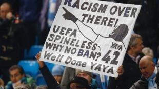 Protesto contra insulto racista feito ao meio de campo Yaya Touré, do Manchester City.