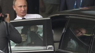 Le président russe Vladimir Poutine quitte son hôtel pour prendre la direction de l'aéroport de Brisbane, à l'issue du sommet du G20, le 16 novembre 2014.