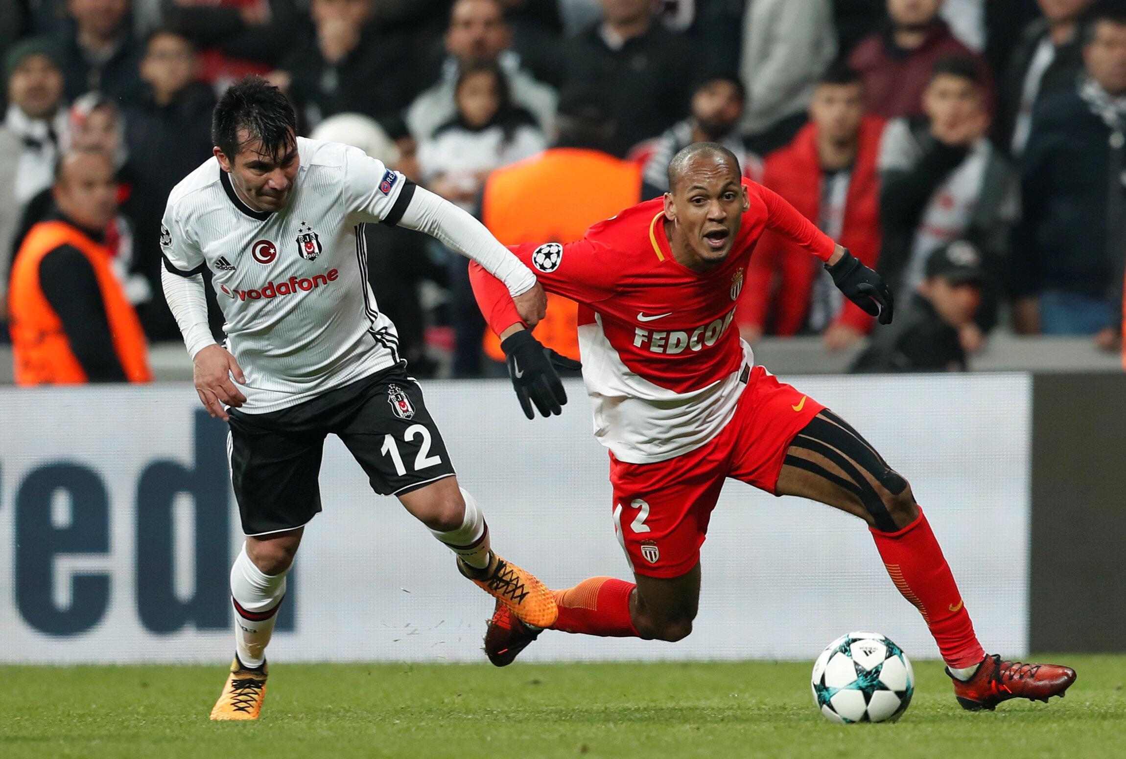 Le Chilien de Besiktas Gary Medel accroche le Brésilien de Monaco Fabinho, et les deux équipes font match nul (1-1).