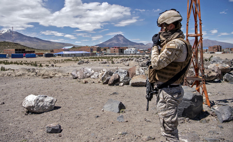 Un agent de la patrouille frontalière chilien garde la frontière avec la Bolivie à Colchane, au Chili, le 18 février 2021.