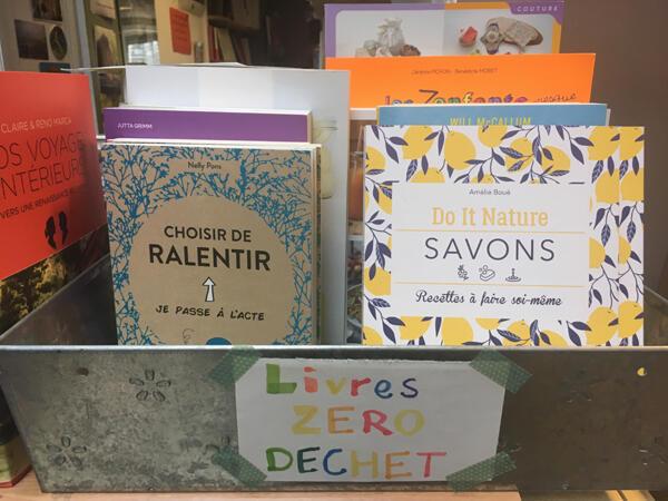La librairie des Lisières à Roubaix. Les emballages cadeaux sont faits en chutes de tissus ou en affiches recyclées.