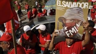 Les partisans du Front Farabundo Marti de libération nationale (FMLN), commémorent le 18e anniversaire de la fin de la guerre civile (1980-1992), à San Salvador, le 16 janvier 2010.