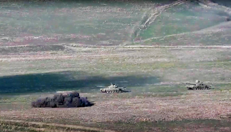 Des tanks azéris pris pour cible par l'armée arménienne au Nagorny Karabakh le 27 septembre 2020.