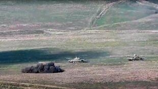 Des tanks azéris pris pour cible par l'armée arménienne au Haut-Karabakh le 27 septembre 2020.