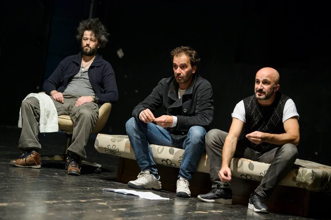 "Cena do espetáculo ""As far as the eye can see"" do diretor húngaro Árpád Schilling, com os atores do Teatro Nacional de Montenegro."