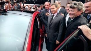Николя Саркози и министр по делам экологии Жан-Луи Борлоо на Парижском автосалоне