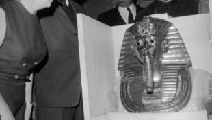 Christiane Desroches Noblecourt, commissaire de l'exposition «Toutânkhamon et son temps», aux côtés du directeur du musée du Caire, Abdel Rahman, en 1967 à Paris.