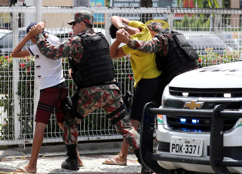 Polícia de Segurança controla suspeitos em Fortaleza, no Estado do Ceará, assolado por violência
