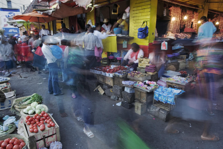 Sur une place de marché à Antananarivo, capitale de Madagascar. Le prix du riz a plus que quadruplé et le délestage électrique reste un problème.