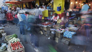 Sur une place de marché à Antananarivo, capitale de Madagascar.