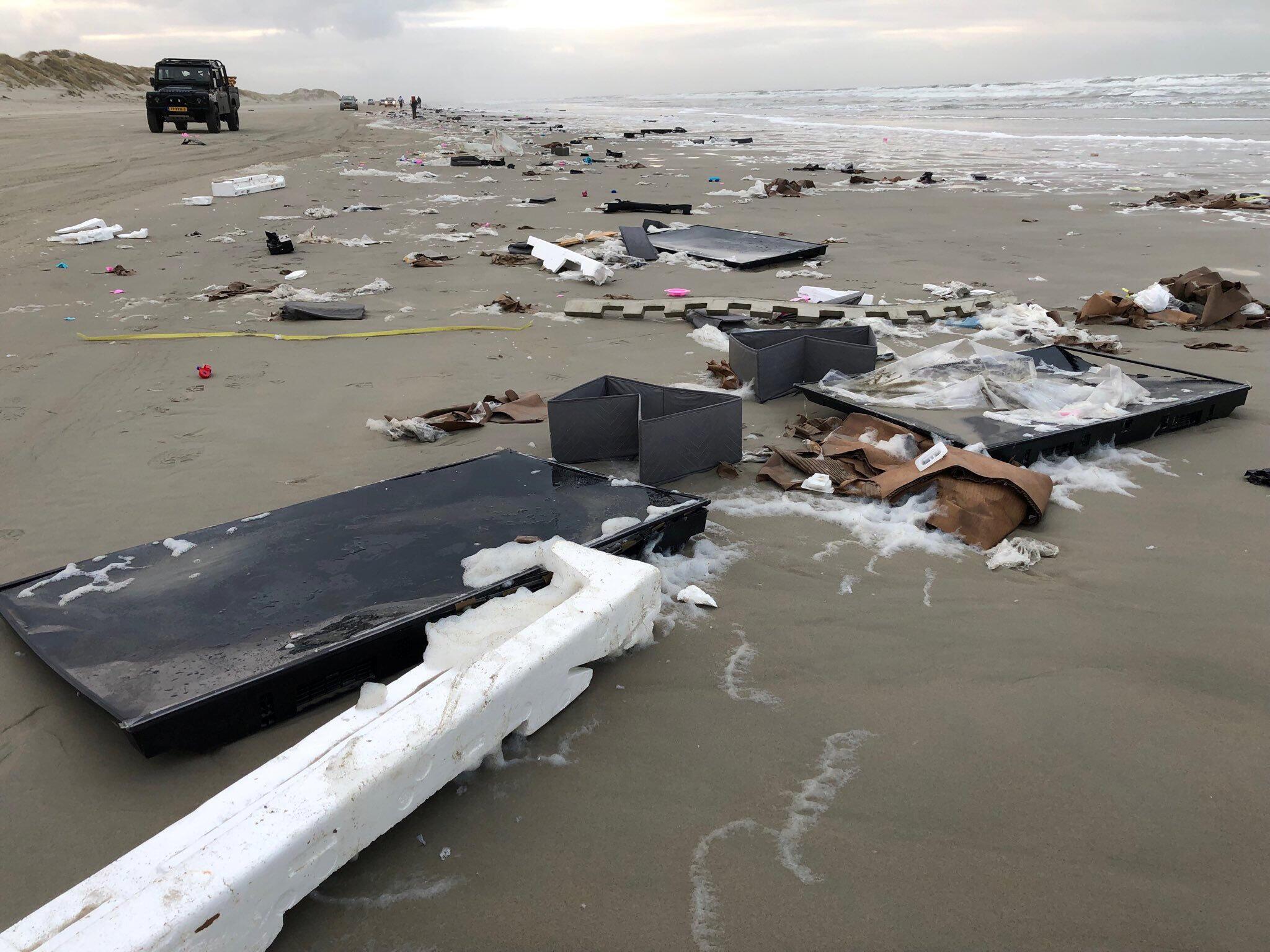 Des écrans de télévision perdus par le MSC Zoe en mer du Nord, ici échoués sur une plage de l'île néerlandaise de Terschelling (Frise).