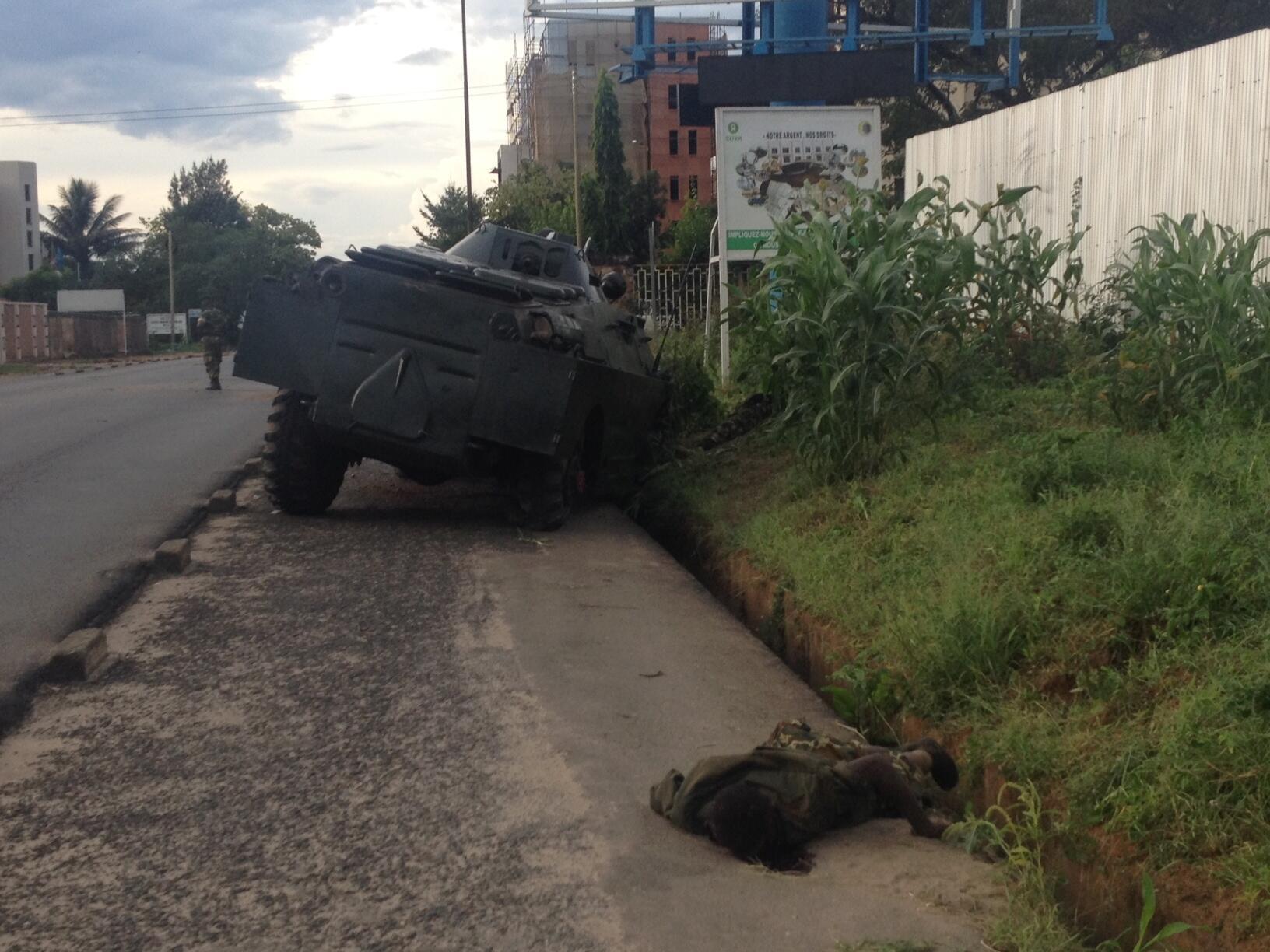 Affrontements autour de la RTNB, à Bujumbura. Selon les constatations de RFI, trois personnes ont été tuées ce jeudi 14 mai.