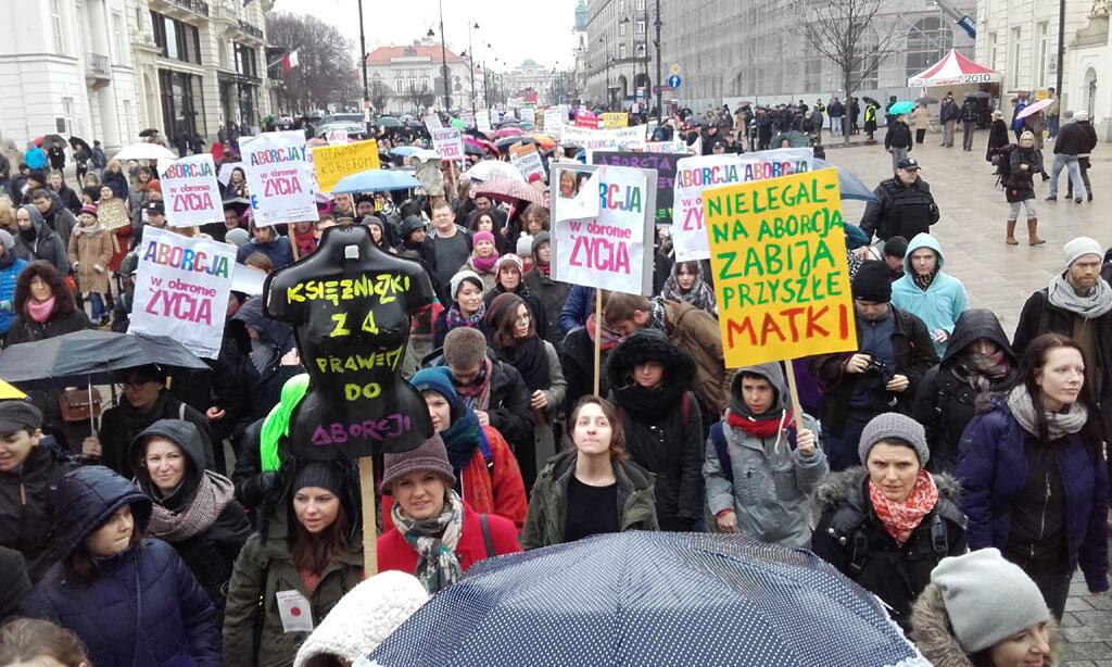 Marche à Varsovie pour la défense du droit à l'avortement, en mars 2016.