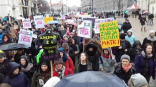 Marche à Varsovie de femmes, en mars 2016, pour la défense du droit à l'avortement.