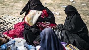 Dorothée Maquere, épouse du jihadiste français Jean-Michel Clain, avec quatre de ses cinq enfants dans une zone de rassemblement pour les civils près de Baghouz, le 5 mars.