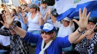 Des manifestants marquent l'anniversaire de la contestation contre le président Nicaraguayen Daniel Ortega avec une marche à Managua, le 17 avril 2019.