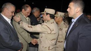 O general Abdel Fatah al-Sissi, chefe das Forças Armadas (centro), reconforta o pai de um dos quatro soldados assassinados por homens armados no norte do Sinai, em 26 de janeiro de 2014.
