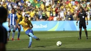 Neymar mete el gol definitivo de la victoria.