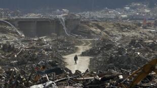 Imagens mostram tsunami que atingiu o Japão em janeiro de 2011