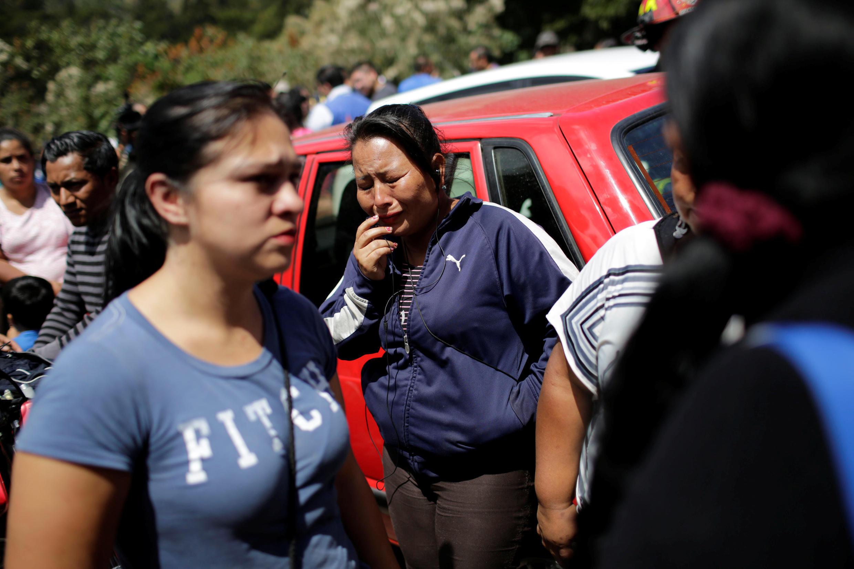 Les familles sous le choc après l'incendie dans un foyer d'accueil de mineurs, Seguro Virgen de la Asunion,  situé à San José Pinula, près de la capitale, le 8 mars 2017.
