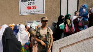 A Peshawar, les femmes se préparent à participer aux élections législatives du 25 juillet 2018.