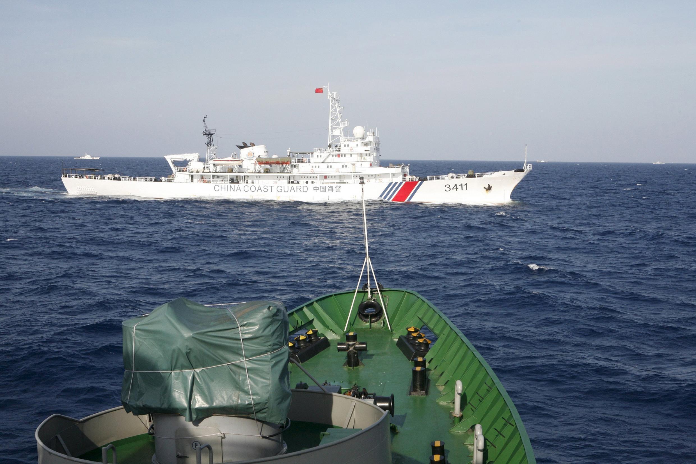 Tàu tuần duyên của Trung Quốc (màu trắng) đối diện với tàu cảnh sát biển Việt Nam, cách bờ biển Việt Nam khoảng 210 km (130 hải lý), 14/05/2014.