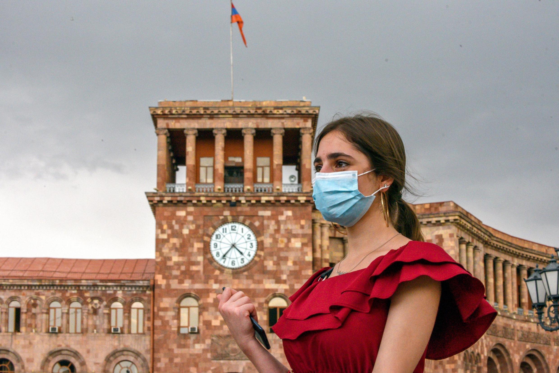 Une jeune femme portant un masque pour se protéger de l'épidémie de coronavirus à Érevan, le 2 juin 2020.
