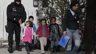 Crianças reféns em uma escola maternal no leste da França foram libertadas.