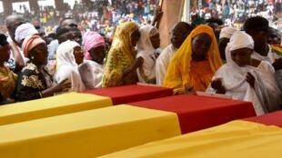 Les proches des sportifs défunts défilent devant les cercueils, le 9 mars 2020, au stade du 28-Septembre de Conakry.