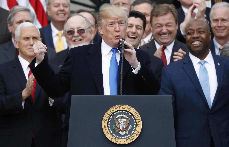 Tổng thống Mỹ Donald Trump cùng với các nghị sĩ Cộng Hòa mừng dự luật cải cách thuế được thông qua, Nhà Trắng, Washington, ngày 20/12/2017
