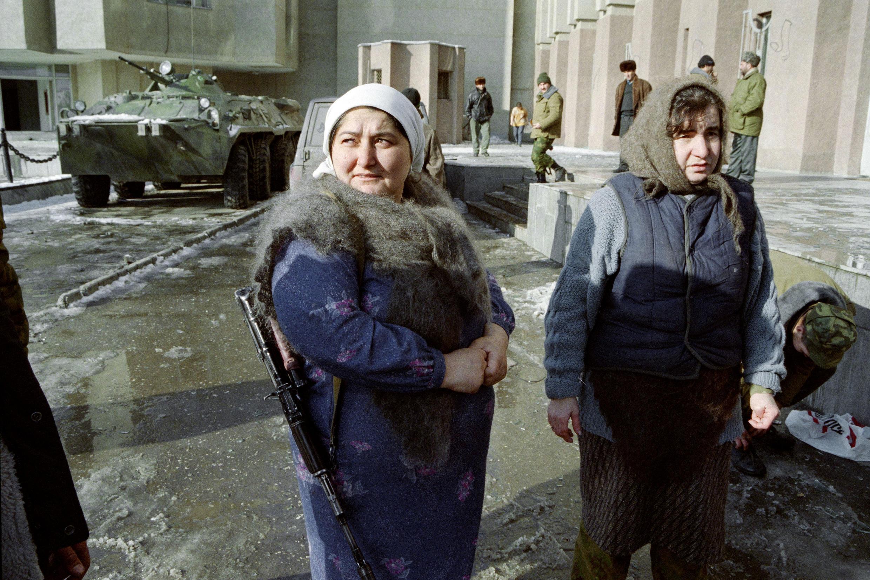 Чеченские женщины напротив президентского дворца в Грозном. 28 декабря 1994 года.
