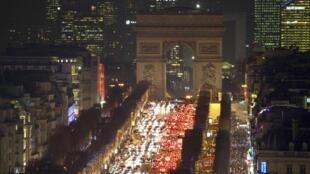 Toàn cảnh đại lộ Champs Elysées, Paris với dòng xe hướng về Khải Hoàn Môn.