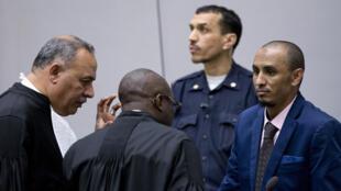 Le jihadiste malien Al Hassan Ag Abdoul Aziz Ag Mohamed Ag Mahmoud (d) suspecté de crimes contre l'humanité et crimes de guerre commis en Tombouctou en 2012 comparaît devant la CPI, le 4 avril 2018.