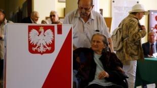 Os poloneses foram às urnas neste domingo (24) no segundo turno das eleições presidenciais.