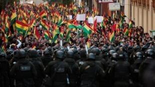 玻利维亚最高选举法院宣布总统莫拉莱斯胜选蝉联后,抗议民众走上街头示威  2019年10月24日
