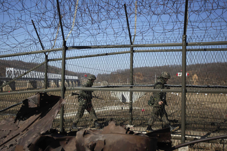 Lính Hàn Quốc tuần tra tại khu vực phi quân sự DMZ giữa hai nước Triều Tiên.